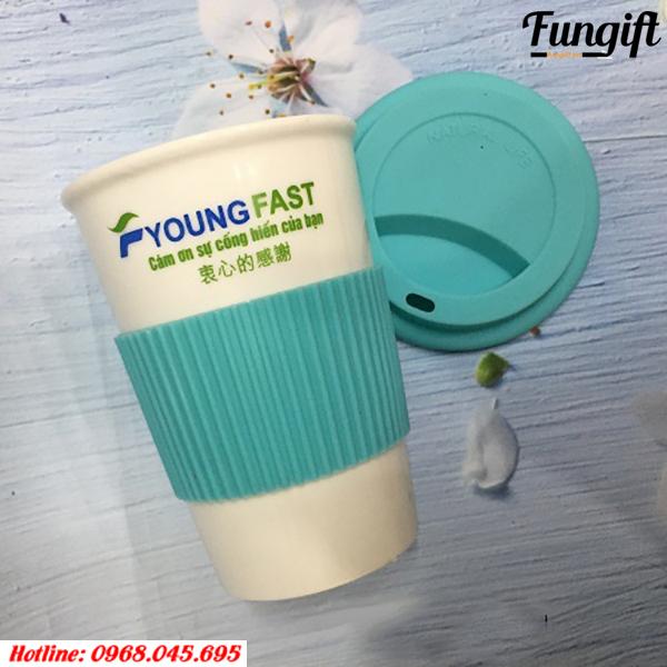 Cốc giữ nhiệt in logo Young Fast giúp quảng bá doanh nghiệp đến với khách hàng.