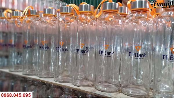 Bình nước thủy tinh in logo ngân hàng TP Bank