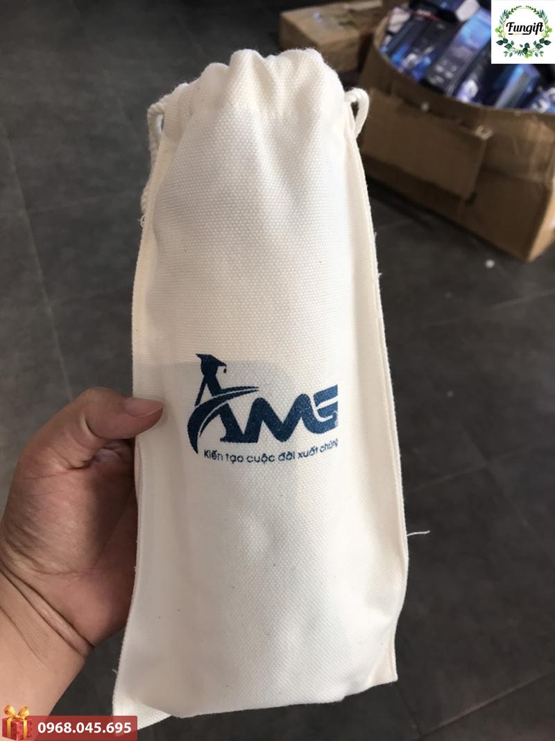 Bình nước nhựa kèm túi vải