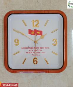 Đồng hồ in logo hình vuông số nổi
