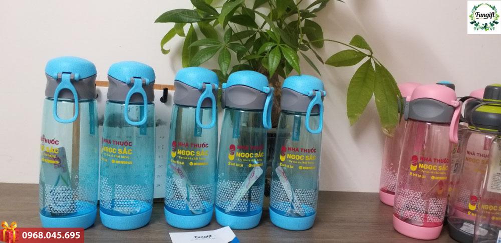 Bình nước nhựa dáng thể thao in logo nhà thuốc Ngọc Sắc