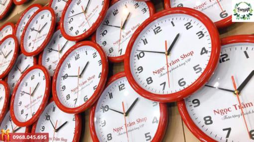 Đặt đồng hồ treo tường theo yêu cầu
