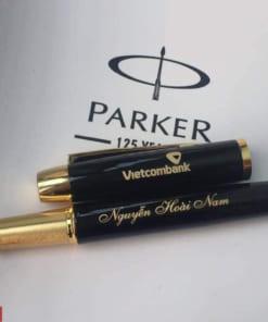 Khắc chữ lên bút kim loại